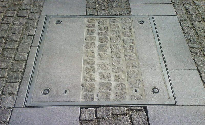 Abdeckung mit Steinplattenfüllung