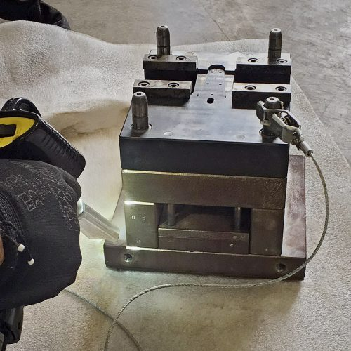 Cleaning of die casting molds